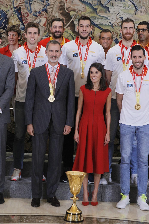 Βασιλιάς Φελίπε και βασίλισσα Λετίθια με αθλητές της εθνικής ομάδας μπάσκετ