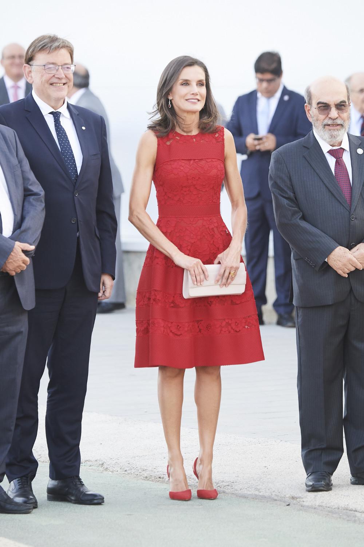Η βασίλισσα Λετίθια συνδύασε το κόκκινο φόρεμα με σουέντ γόβες Carolina Herrera και nude clutch