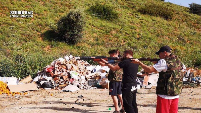 Νεαροί με κυνηγετικές καραμπίνες πυροβολούν το ομοίωμα του Ιούδα