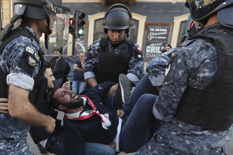 Η στιγμή που αστυνομικές δυνάμεις συλλαμβάνουν έναν διαδηλωτή