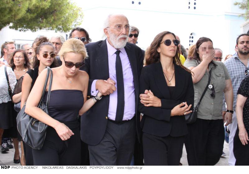 Ο Αλέξανδρος Λυκουρέζος με την Μάρθα Κουτουμάνου και την Μαρία Ελένη Λυκουρέζου στην κηδεία της Ζωής Λάσκαρη