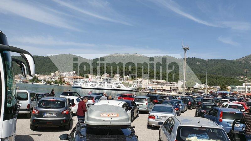 Με ένα ατελείωτο πάρκινγκ ΙΧ και λεωφορείων μοιάζει το λιμάνι της Ηγουμενίτσας