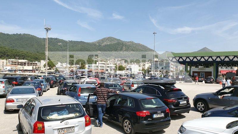 Οδηγοί έχουν εγκλωβιστεί στο λιμάνι της Ηγουμενίτσας και δεν έχουν καμία ενημέρωση για το πότε θα επιβιβαστούν στα πλοία