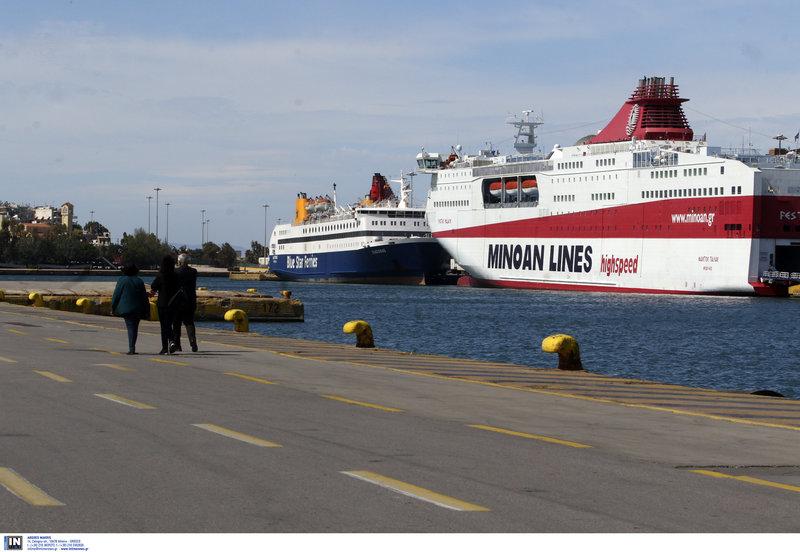 Σαν να έχει σταματήσει ο χρόνος στο λιμάνι του Πειραιά με όλο τα πλοία να παραμένουν με δεμένους κάβους
