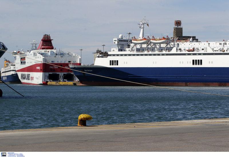 Το ένα πλοίο δίπλα στο άλλο με δεμένους κάβους