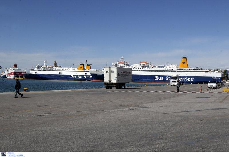 Αδειο το λιμάνι του Πειραιά στη στεριά, γεμάτο πλοία στη θάλασσα λόγω Πρωτομαγιάς