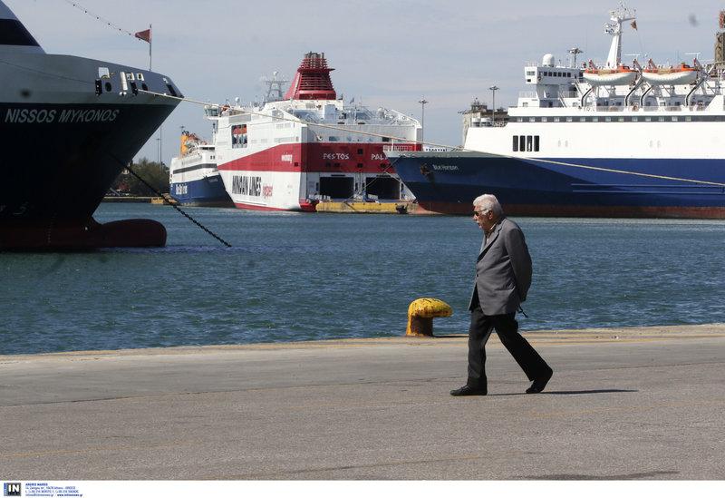Ηλικιωμένος κάνει βόλτα στο λιμάνι του Πειραιά και χαζεύει τα δεμένα πλοία