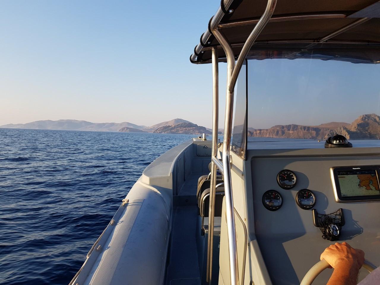 Οι λιμενικοί φτάνοντας στη Μύκονο με φουσκωτό σκάφος