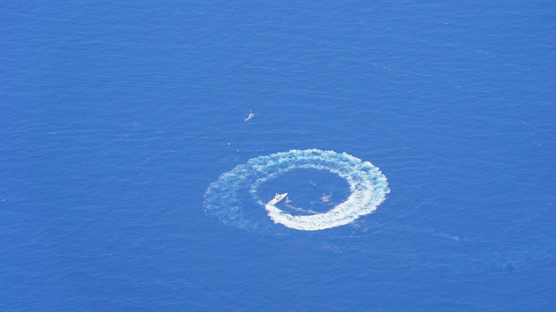 Σκάφος του λιμενικού και ελικόπτερο καταδιώκουν και κυκλώνουν το φουσκωτό σκάφος των εμπόρων ναρκωτικών