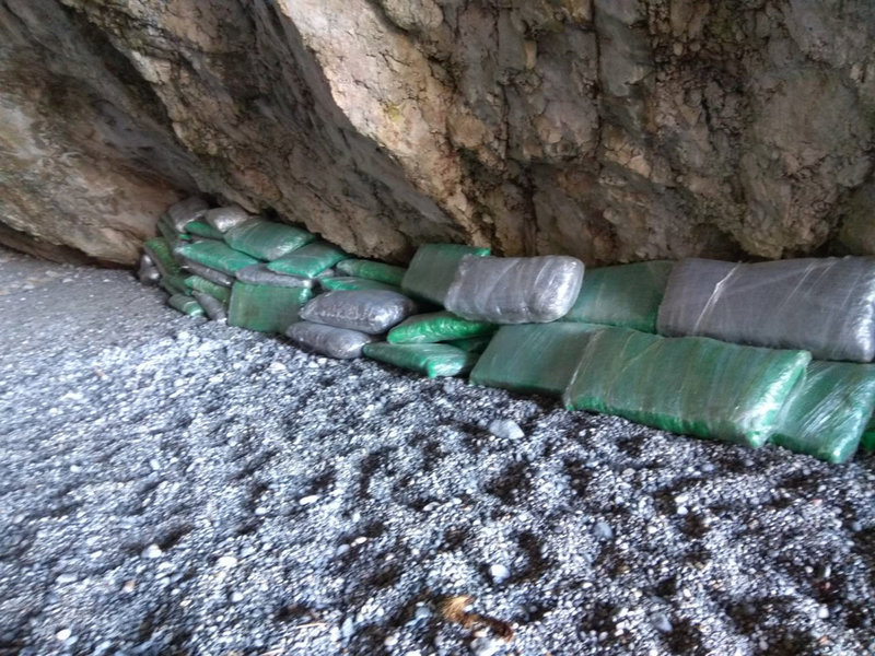 Τα ναρκωτικά που εντόπισαν οι Αρχές σε σπηλιά σε βραχονησίδες στις Σποράδες