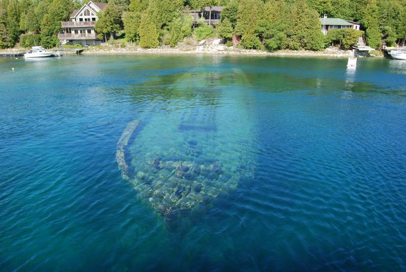 Εκπληκτική εικόνα με ένα ναυάγιο από τη λίμνη Χουρόν