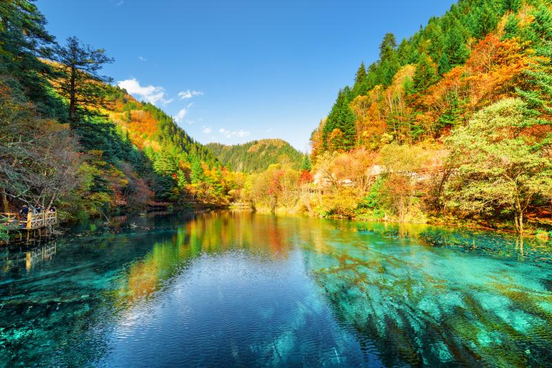 Πανδαισία χρωμάτων στη λίμνη Five Flower