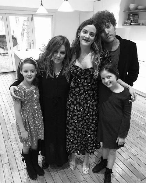 Η τελευταία οικογενειακή φωτογραφία με την Λίζα Μαρί Πρίσλεϊ και τα 4 παιδιά της