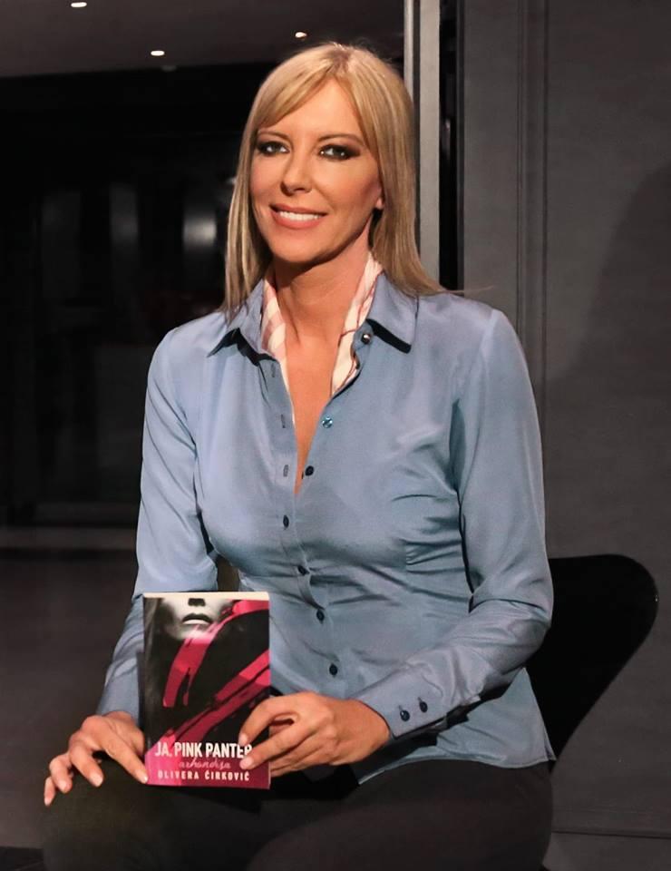 Η μπασκετμολίστρια Ολιβέρα Τσίρκοβιτς με το βιβλίο Pink Panther για τη ζωή της