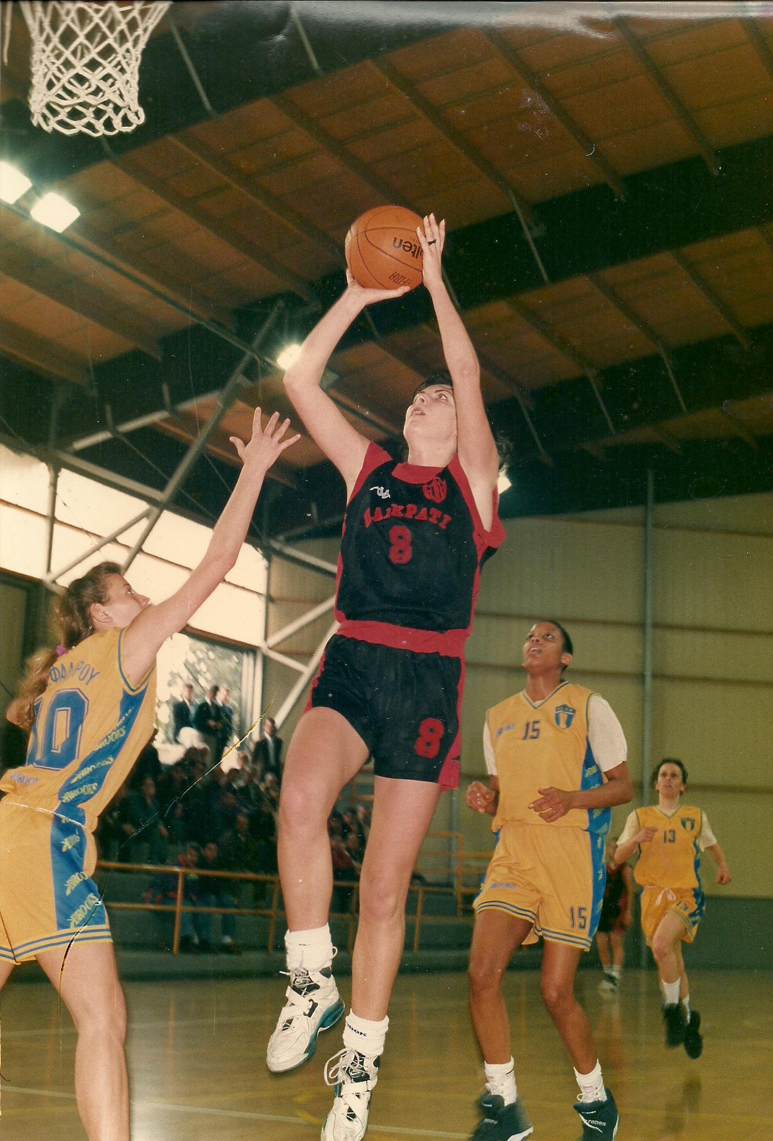 Πριν από τους Ροζ Πάνθηρες έπαιζε επαγγελματικά μπάσκετ