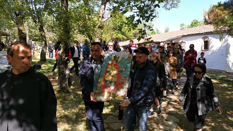 Αρκετοί άνθρωποι βρέθηκαν στη λιτανεία της εικόνας του Αγίου Χριστοφόρου στη Σιάτιστα