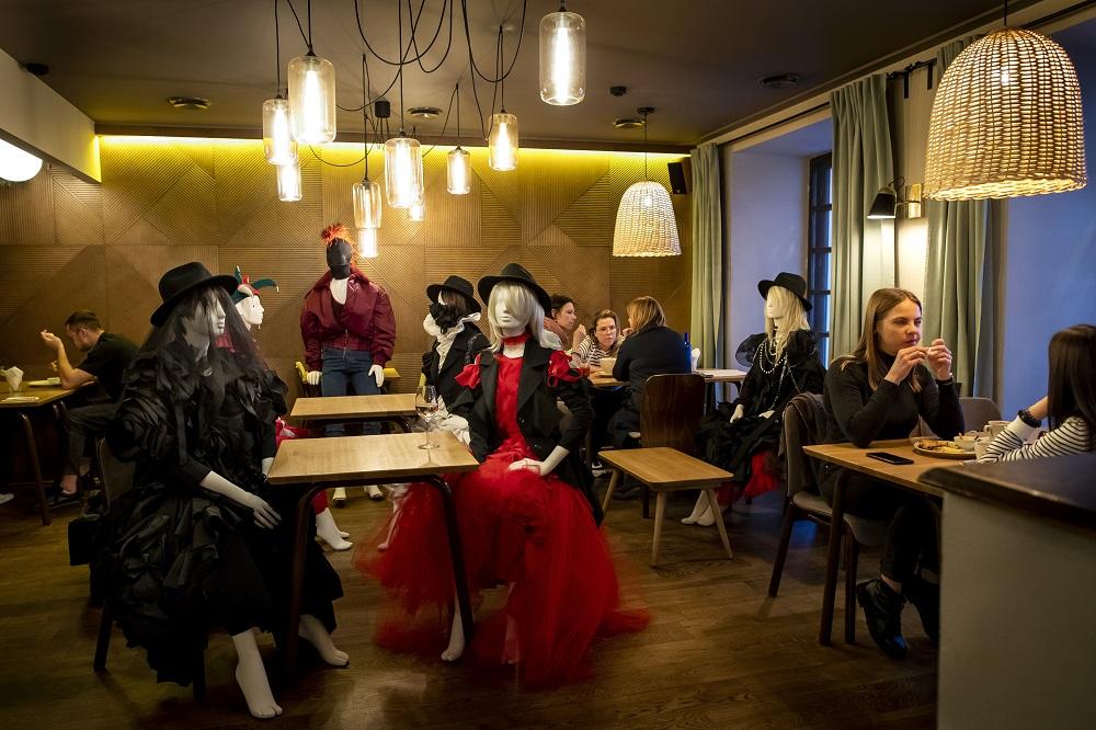 Κούκλες βιτρίνας και πελάτες σε εστιατόριο στην Λιθουανία