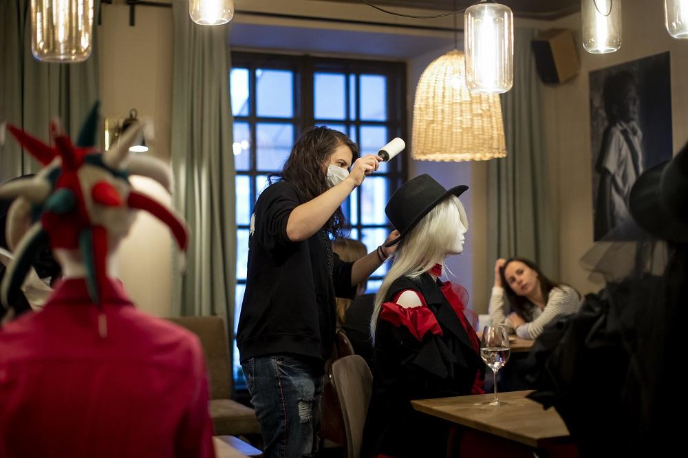 Γυναίκα περιποιείται κούκλα βιτρίνας σε εστιατόριο