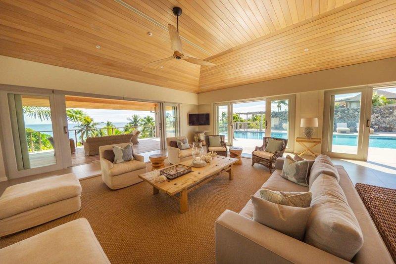 Το σαλόνι με τα μεγάλα παράθυρα προσφέρει άπλετη θέα