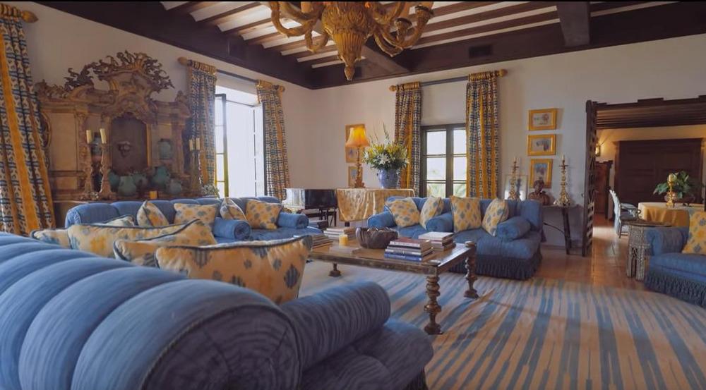 Το σαλόνι της κύριας κατοικίας του S'Estaca που είχε αγοράσει το 1990 ο Μάικλ Ντάγκλας