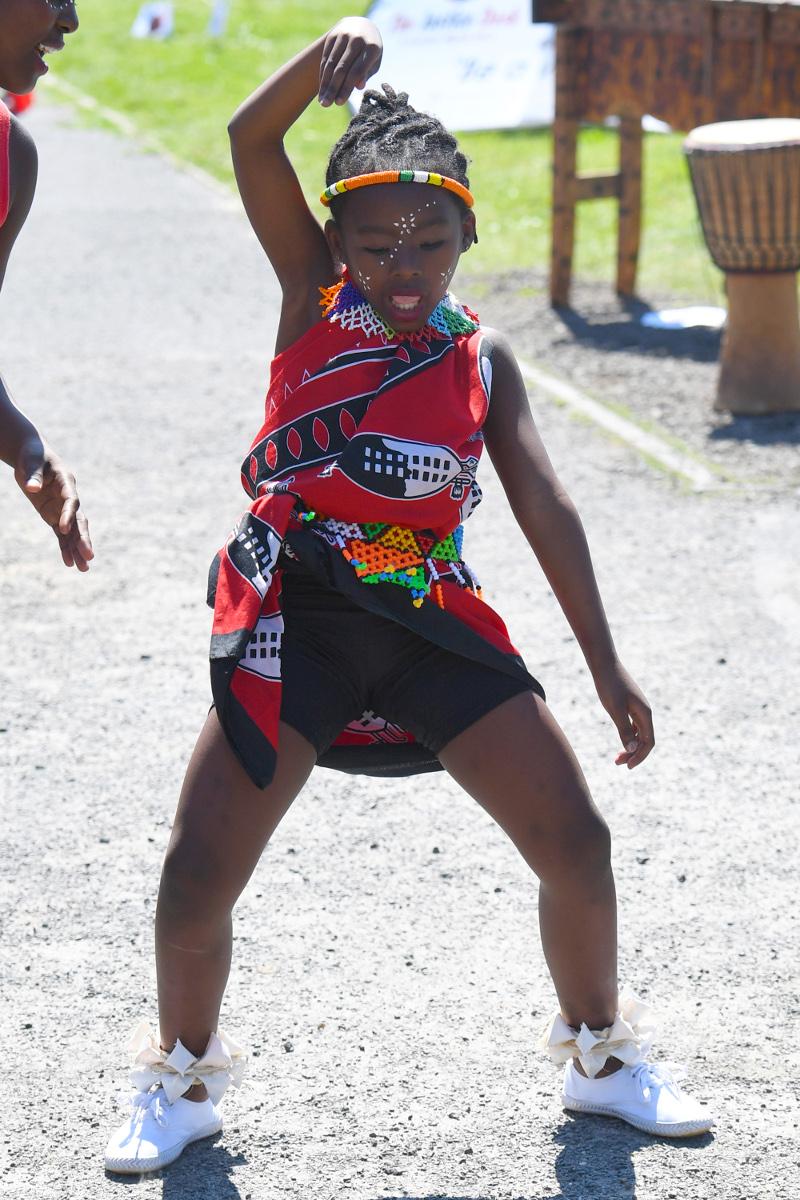 Ένα παιδί χορεύει εν αναμονή της άφιξης της Μέγκαν Μαρκλ και του πρίγκιπα Χάρι