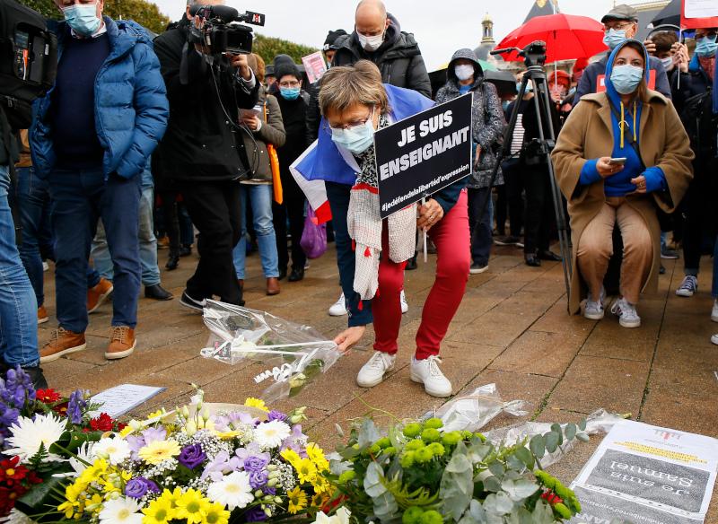 Αφήνουν λουλούδια στο σημείο που δολοφονήθηκε ο καθηγητής