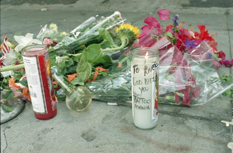 Λουλούδια και κεριά στο σημείο που πέθανε ο Ρίβερ Φίνιξ