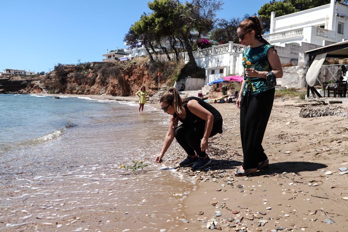 Λίγα λουλούδια στην θάλασσα αφήνουν συγγενείς και φίλοι των θυμάτων της φονικής πυρκαγιάς στο Μάτι