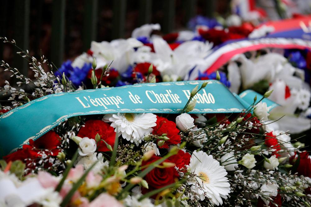 Λουλούδια από την ομάδα του περιοδικού στο σημείο όπου δολοφονήθηκαν οι συντάκτες του Charlie Hebdo