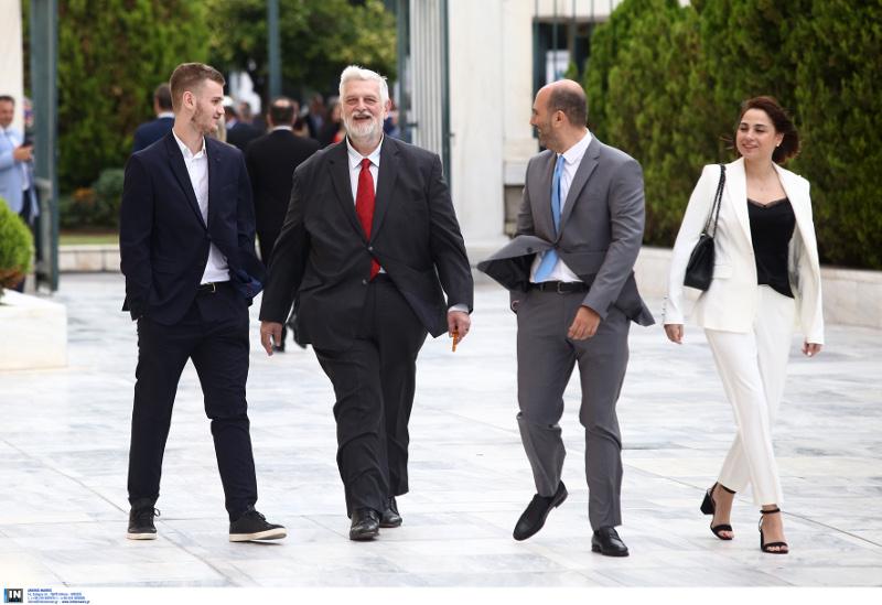 Ο Γιάννης Λοβέρδος συνοδευόμενος από τον γιο του και ο Δημήτρης Μαρκόπουλος με τη σύζυγό του. Ορκωμοσία βουλή 17-7-2019