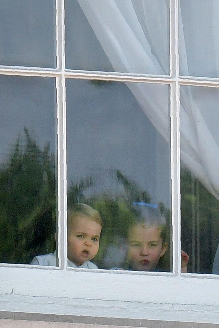 Ο πρίγκιπας Λούις παρακολουθεί τον κόσμο που έχει συγκεντρωθεί για τους εορτασμούς με την αδερφή του πριγκίπισσα Σάρλοτ