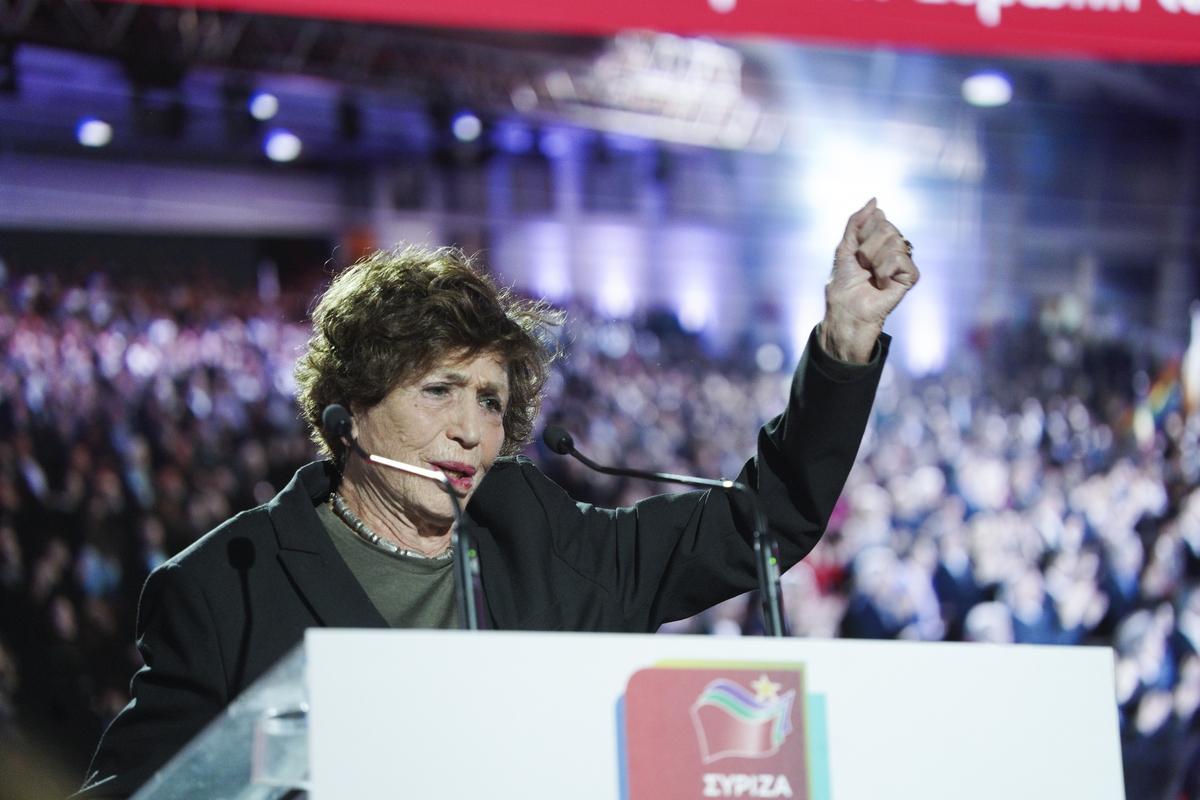 Η 90χρονη Ιταλίδα Λουτσιάνα Καστελίνα χαιρέτησε με υψωμένη την αριστερή της γροθιά.