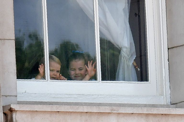 Πρίγκιπας Λούις πριγκιπίσσα Σάρλοτ χαιρετούν από το παράθυρο 2019