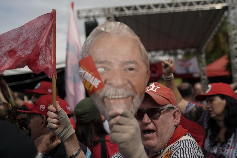 Πλήθος κόσμου περίμενε με κόκκινες σημαίες τον πρώην πρόεδρο της Βραζιλίας / Φωτογραφία: AP