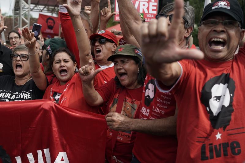 Ο Λούλα μετά από την αποφυλάκισή του είχε μία θερμή υποδοχή από τους οπαδούς του / Φωτογραφία: AP