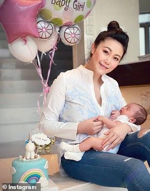 Η Luo αγκαλιά με την κόρη της