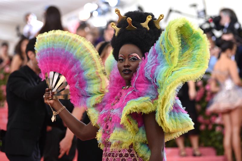 Η Λουπίτα Νιόνγκο με πολύχρωμα βολάν