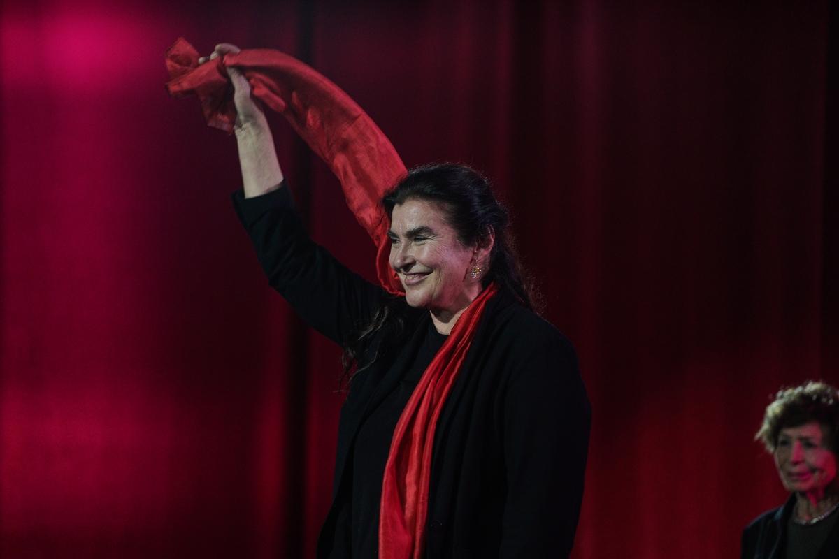 Η Λυδία Κονιόρδου ανεμίζει το κόκκινο φουλάρι