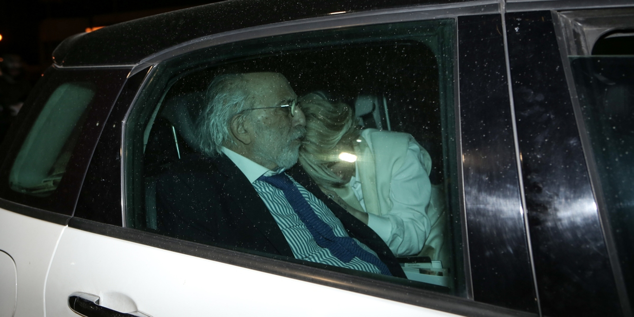 Αλέξανδρος Λυκουρέζος και Νατάσα Καλογρίδη στην αγκαλιά του