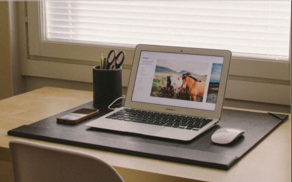 apple macbook γραφείο