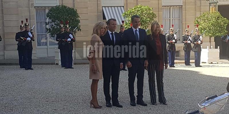 Οι απαραίτητες φωτογραφίες του προεδρικού ζεύγους της Γαλλίας με τον Κυριάκο και τη Μαρέβα Μητσοτάκη