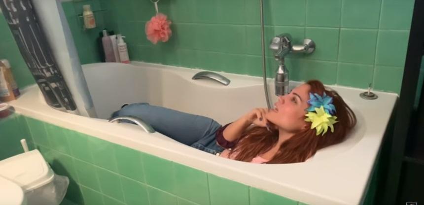 Η Μαίρη Συνατσάκη στη μπανιέρα του σπιτιού της