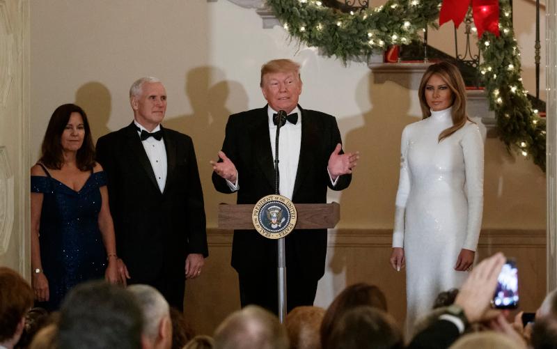 Η Μελάνια Τραμπ πάλι στα λευκά την ίδια εκδήλωση, τον Δεκέμβριο του 2018.