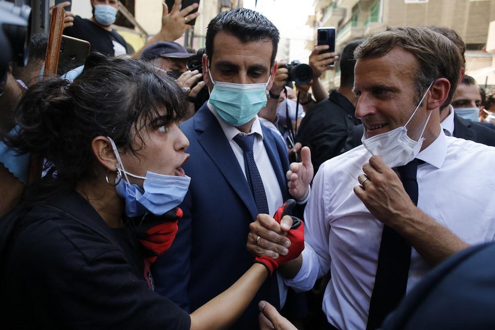 Ο Μακρόν χαιρετά διαδηλώτρια στον Λίβανο