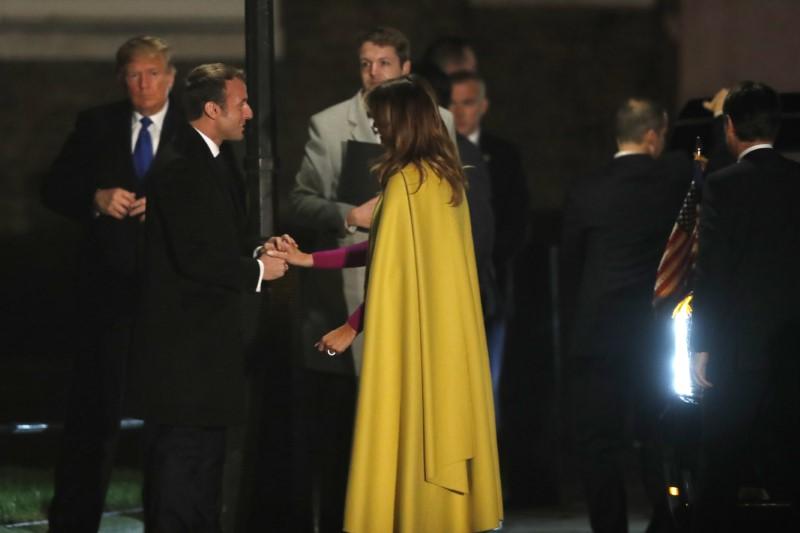 Ο Εμανουέλ Μακρόν χαιρετά την Μελάνια Τραμπ