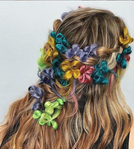 Ή δημιουργεί λουλούδια με τα μαλλιά