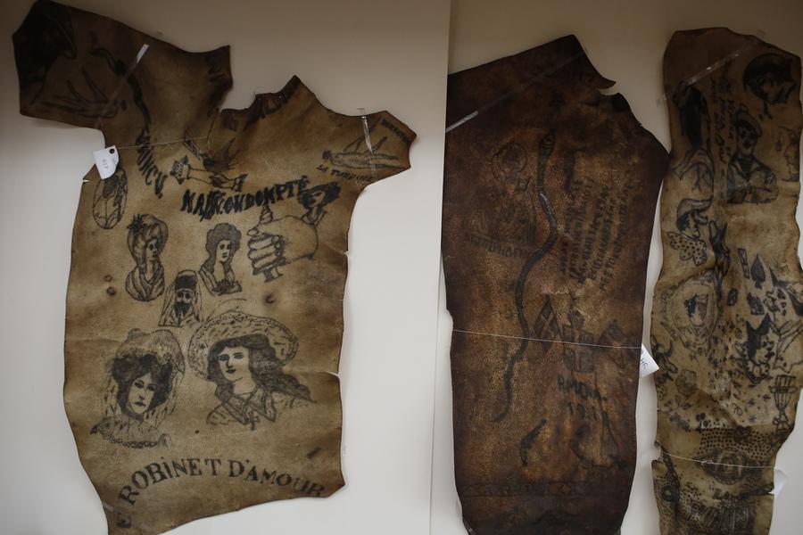 Συλλογή από δέρματα πάνω στα οποία υπάρχουν τατουάζ και έχουν αφαιρεθεί από νεκρούς και αποτελούν εκθέματα του Εγκληματολογικού Μουσείου