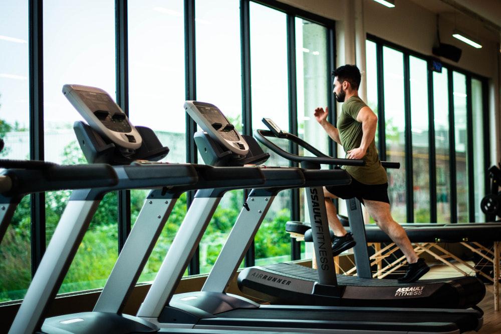 Άνδρας αθλείται σε γυμναστήριο