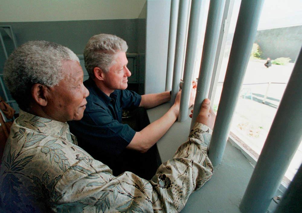 Ο Νέλσον Μαντέλα επέστρεψε στο κελί όπου πέρασε 18 ολόκληρα χρόνια το 1994, συνοδευόμενος από τον Μπιλ Κλίντον
