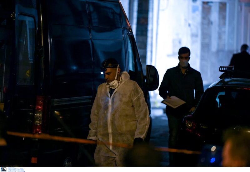 Ανδρες της ΕΛΑΣ στο σημείο της δολοφονίας του 52χρονου στα Μανιάτικα